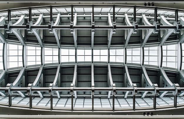 Beam super structuurplafond met vensterglas binnen wolkenkrabber in taipeh