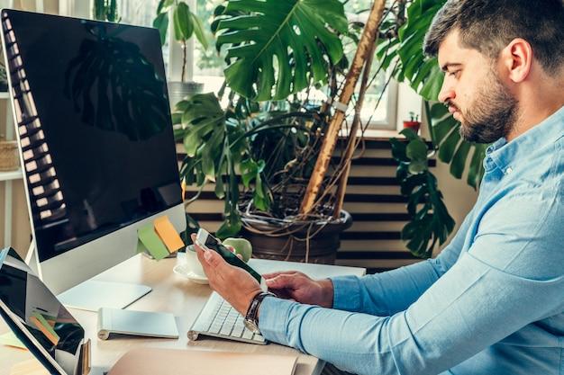 Beambte die zijn werkzitting bij zijn werklijst met een computer doet