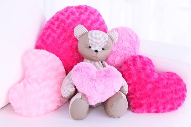 Bear speelgoed met kussens op de bank