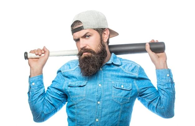Beardman met een honkbalknuppel. geïsoleerde witte achtergrond. de man zwaaide met de knuppel. hooligan met honkbalknuppel klaar voor strijd. geweld en agressie concept, man hand met honkbal sport knuppel.