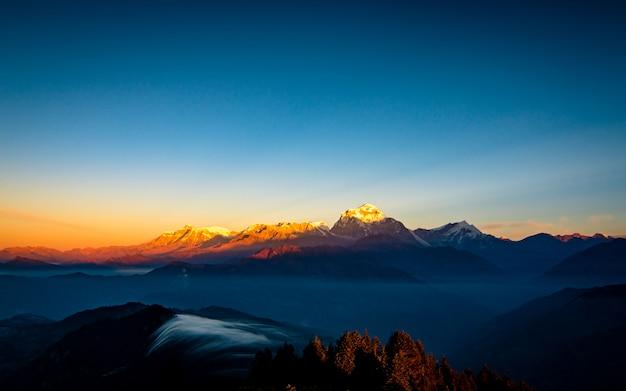 Beaufil uitzicht op de berg dhaulagiri uitzicht vanaf poonhill