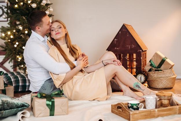 Beautfiul vrouw met eerlijk rood haar knuffels met haar blanke vriendje en ontspant