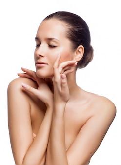 Beautiful spa woman aan haar gezicht te raken.
