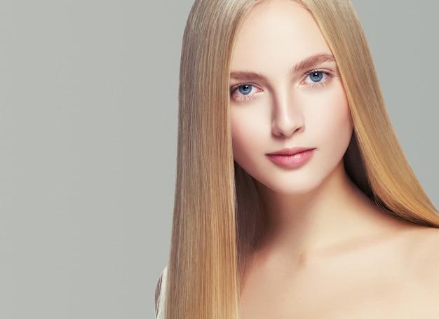 Beautifulhairwoman blond kapsel model lang haar gezonde huid. studio opname.
