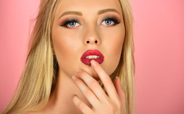 Beauty en spa concept verleidelijk meisje met schone frisse huid natuurlijke manicure charmante vrouw met