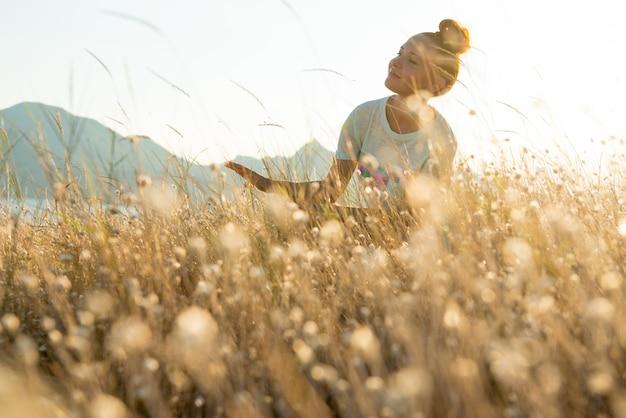 Beauty girl outdoors genieten van de natuur