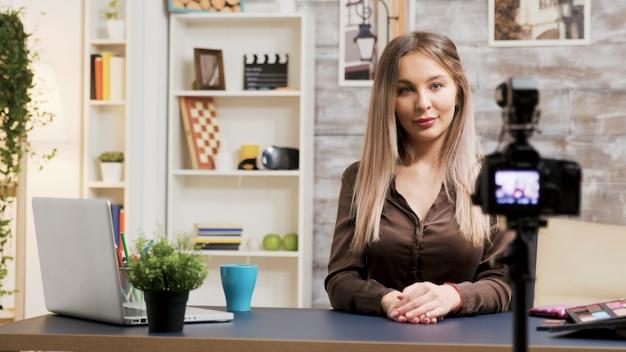 Beauty influencer die een make-up tutorial opneemt voor abonnees. beroemde vloggers.