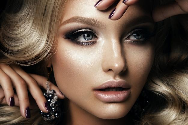 Beautyful meisje met lichte make-up