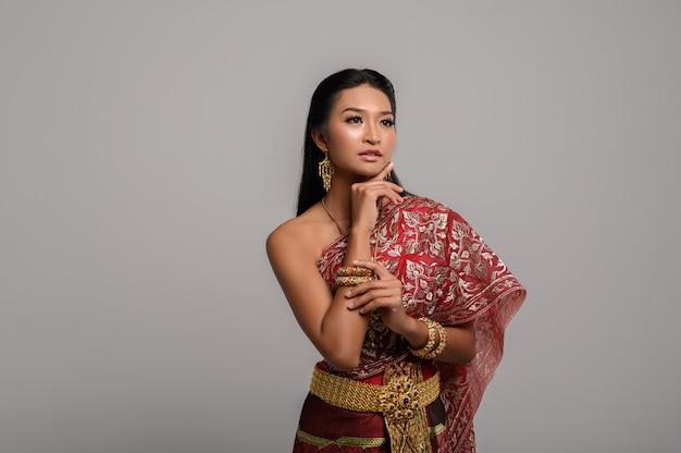 Beautyful thaise vrouw die thaise kleding draagt