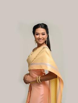 Beautyful thaise vrouw die thaise kleding en glimlach draagt