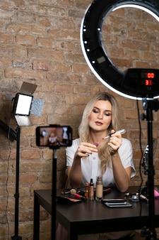 Beautyvlogger die een video maakt met cosmetica