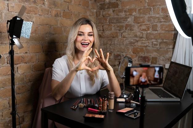 Beautyvlogger die een video maakt voor haar volgers