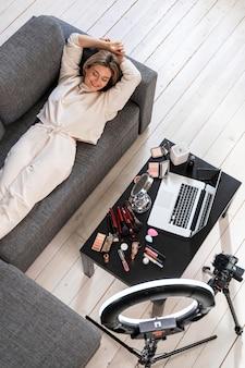 Beautyvlogger die zich voorbereidt op een videoblog