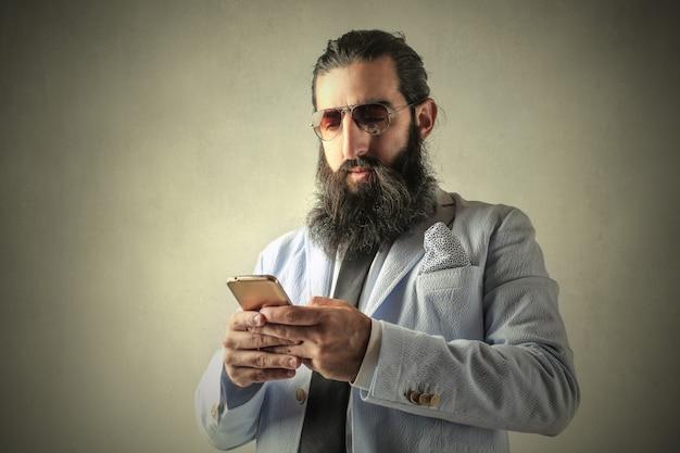 Bebaarde arabische man texting