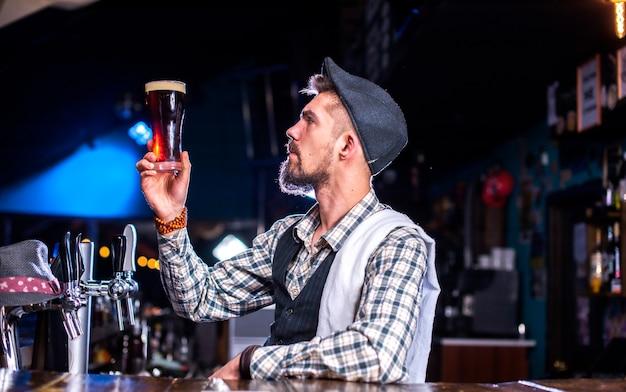 Bebaarde barman demonstreert zijn vaardigheden over de toonbank achter de bar