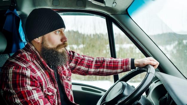 Bebaarde bead driver rijdt in het bos