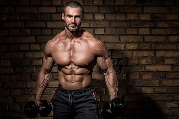 Bebaarde bodybuilder met halters