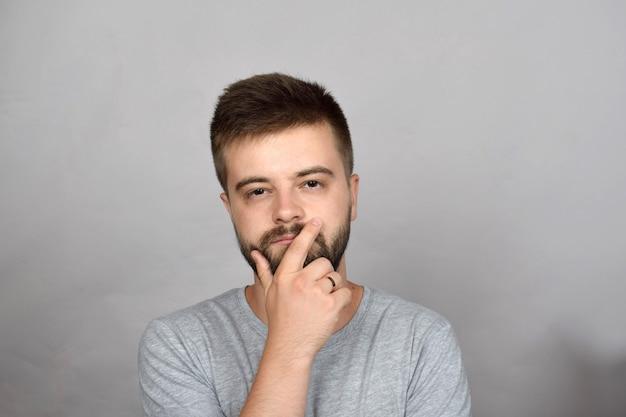 Bebaarde jonge man denken