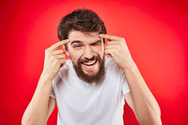 Bebaarde jonge man wijzend op haar hoofd. slim idee
