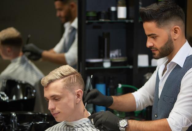 Bebaarde kapper scheren nek van client met behulp van scheermes.