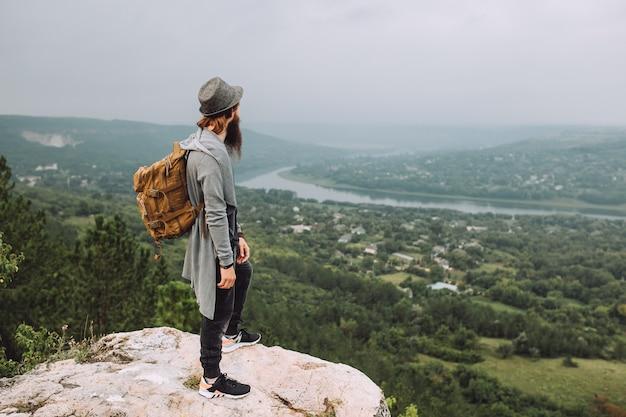Bebaarde kerel die prachtig landschap bewondert.