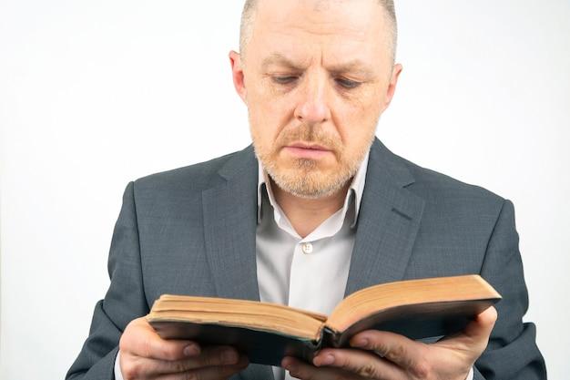 Bebaarde man bestudeert de bijbel