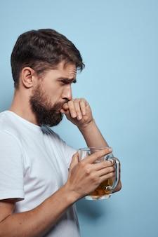 Bebaarde man bierpul alcohol wit t-shirt zijaanzicht blauw