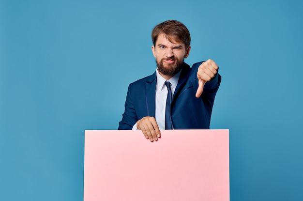 Bebaarde man billboard reclame copyspace geïsoleerde achtergrond