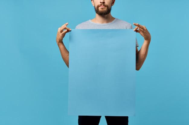 Bebaarde man blauwe mockup poster presentatie communicatie.