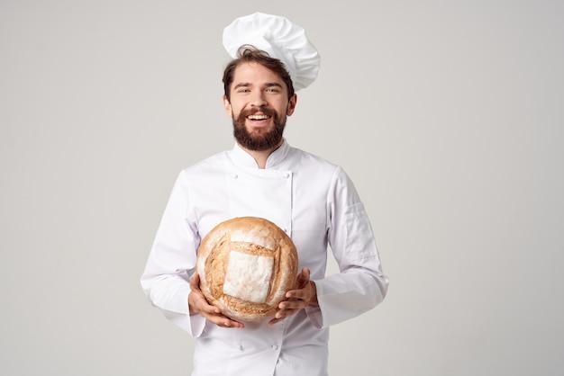 Bebaarde man chef-kok keuken job bakkerijproducten culinaire industrie. hoge kwaliteit foto