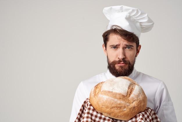 Bebaarde man chef-kok koken bakkerij geïsoleerde achtergrond