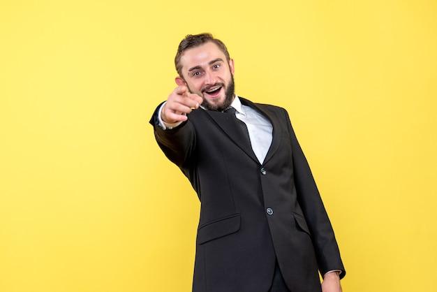 Bebaarde man die grappige reactie geeft op geel