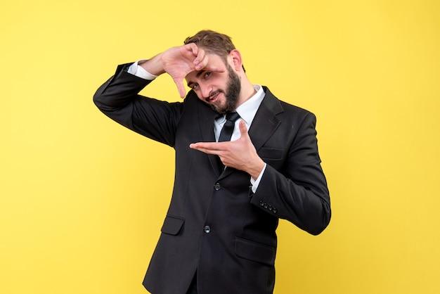 Bebaarde man die grappige reacties geeft op geïsoleerd geel