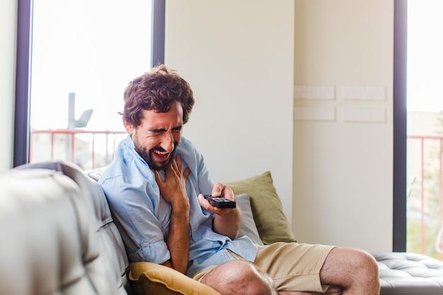 Bebaarde man die hardop lacht om een of andere hilarische grap, zich gelukkig en opgewekt voelt, plezier heeft