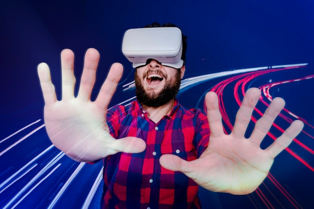 Bebaarde man die plezier heeft met de digitale remix van de vr-headset