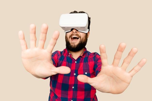 Bebaarde man die plezier heeft met het digitale apparaat van de vr-headset
