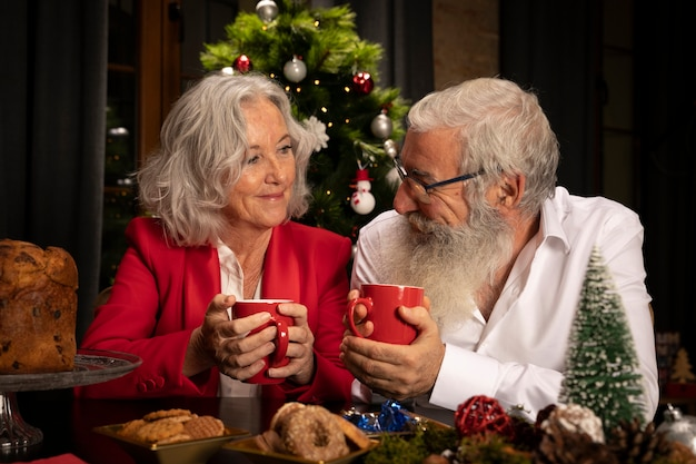 Bebaarde man en vrouw vieren xmas