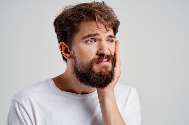 Bebaarde man geneeskunde kiespijn en gezondheidsproblemen geïsoleerde achtergrond