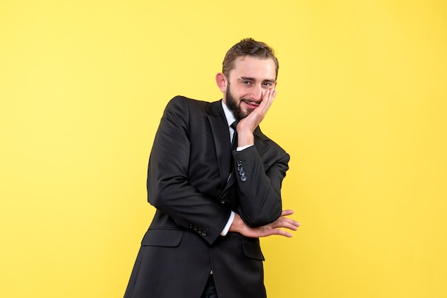 Bebaarde man geniet van laatste geruchten op geel
