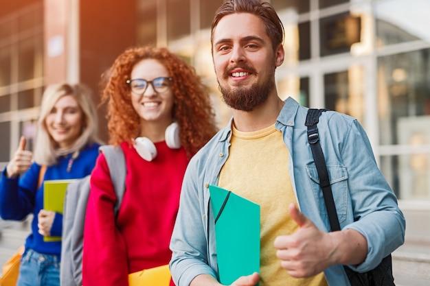 Bebaarde man glimlachend en middelbare schoolonderwijs goedkeuren