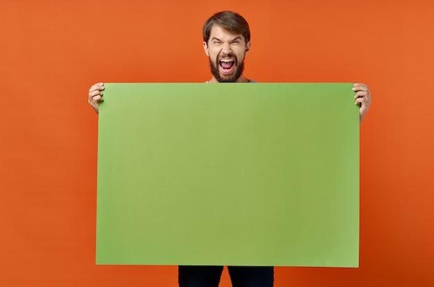 Bebaarde man groene mockup poster korting geïsoleerde achtergrond