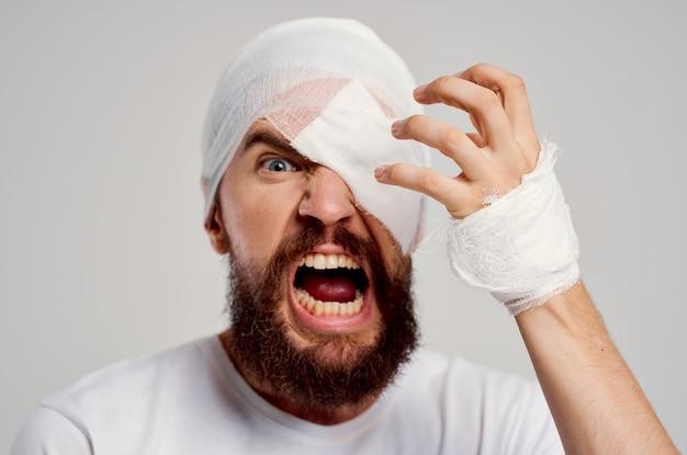 Bebaarde man hoofd en arm verwondingen gezondheidsproblemen geïsoleerde achtergrond
