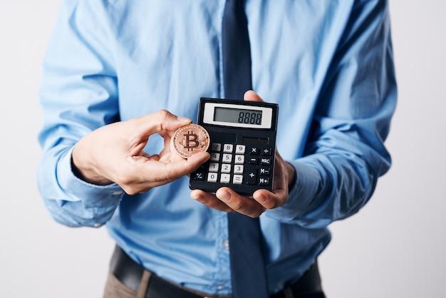 Bebaarde man in blauw shirt cryptocurrency bitcoin economie investering