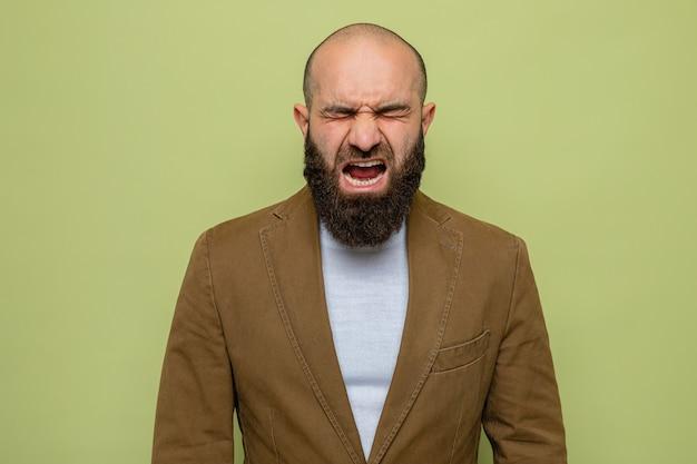 Bebaarde man in bruin pak schreeuwend en schreeuwend gek, gek en gefrustreerd