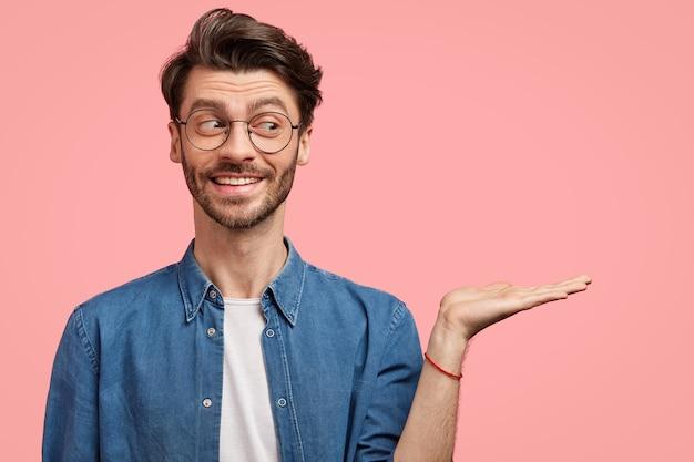 Bebaarde man in denim overhemd en ronde bril