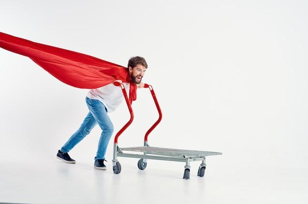 Bebaarde man in een rode mantel vervoer in een doos geïsoleerde achtergrond