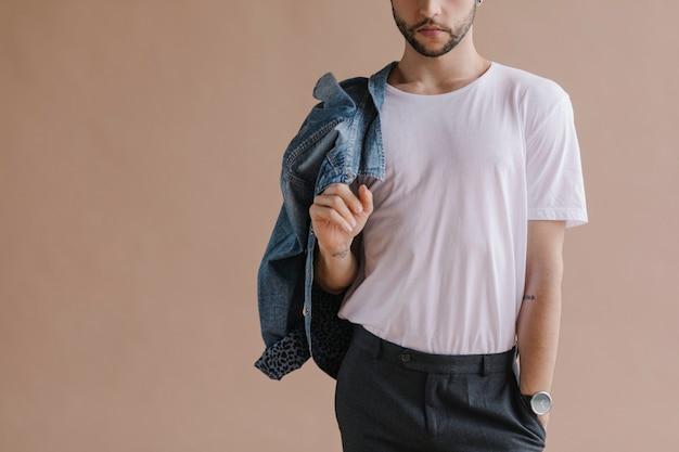 Bebaarde man in een wit t-shirt