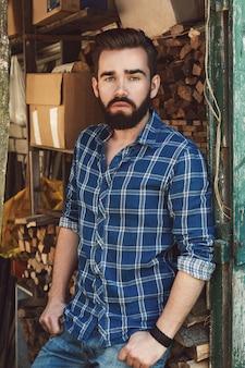 Bebaarde man in geruit hemd