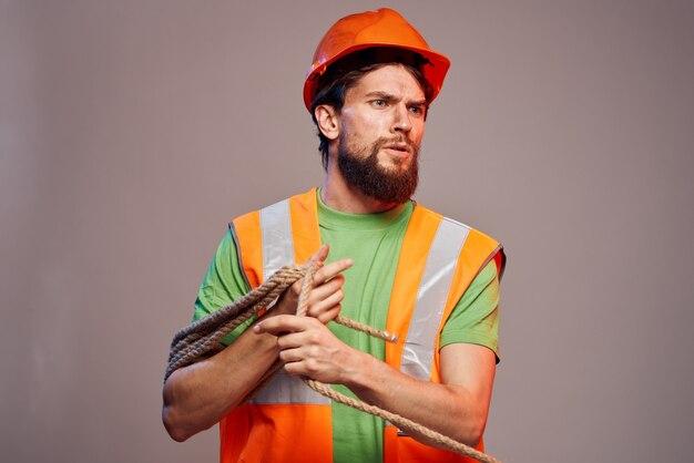 Bebaarde man in helm als harde werker in de bouw