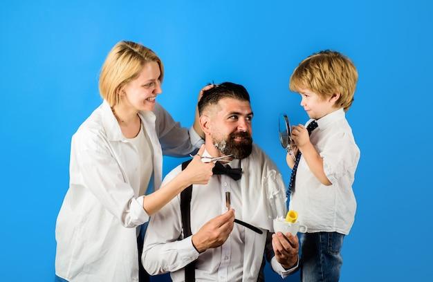 Bebaarde man in kapperszaak kapper en kapper concept familiedag vaders dag concept persoonlijk